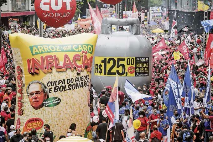 BANDEIRA POLÍTICA -Protesto na Avenida Paulista no dia 2: o aumento no custo de vida ganha as ruas do país - Paulo Lopes/Anadolu/Getty Images